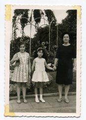Año 67, Delia, Mari Carmen y Lucia madre de Carmen. Fiestas del Carmen, en la plaza Manuel Becerra, el día de la embarcacion de la Virgen... Foto de Delia Vega