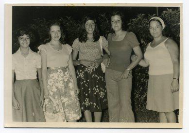 Año 1973, de izq a derecha Luz Marina Bolaños Coello, Delia Vega, Ana María Bolaños, º4 persona (sin reconocer), y la última Berta Rodríguez. Fiestas del Carmen en Manuel Becerra..