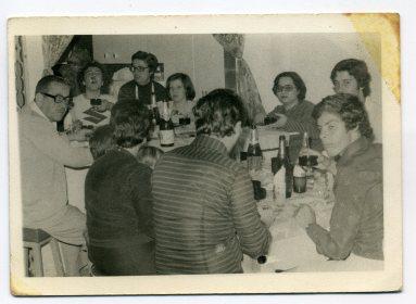 Amigos del barrio en Navidad 1976. Foto de Delia Vega