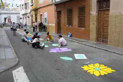 Confección de alfombras en la Calle Gumidafe