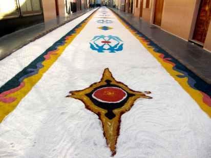"""Alfombra """"Angeles del Universo"""" diseñada por Pepe Dámaso en el 2008, para la Procesión de Nuestra Señora de La Luz"""