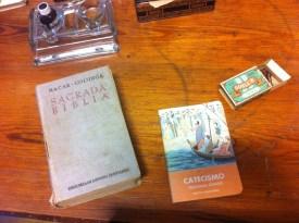 Biblia y Catecismo.
