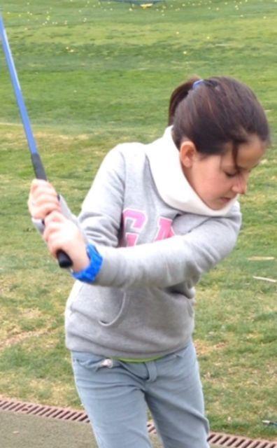 Rocío jugando al golf