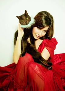Gina_Gershon_with_Cleo_cat