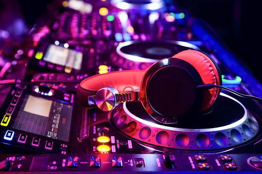 dj-mixer-headphones