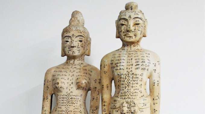 Estátuas antigas da acupuntura mostrando a localização dos pontos e meridianos