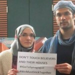 """Muslims Protect Jews by Forming """"Ring of Peace"""" Around Synagogue"""