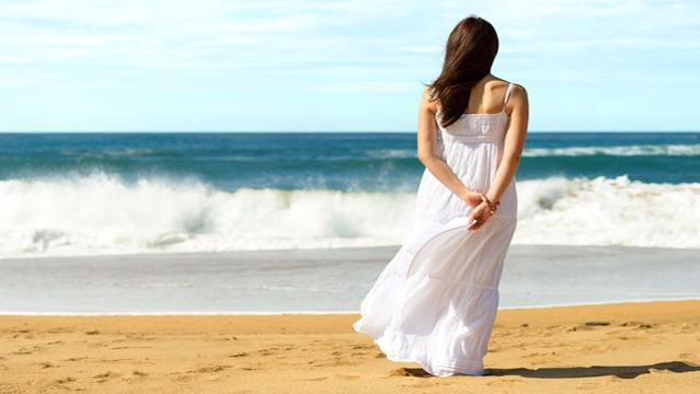 Woman-standing-on-the-beach-