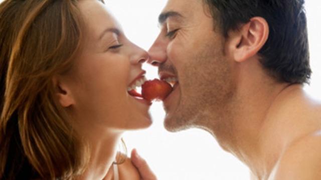 couple eats sexy