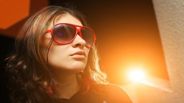 Woman-wearing-sunglasses