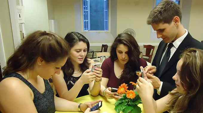smartphone-addicts-compressed