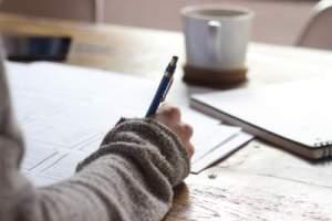 bénéfices du storytelling _ une main féminine en train d'écrire