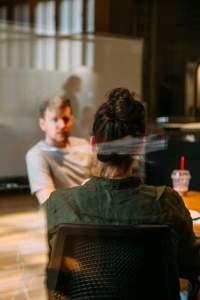 storytelling emploi _ un homme et une femme en entretien dans un bureau