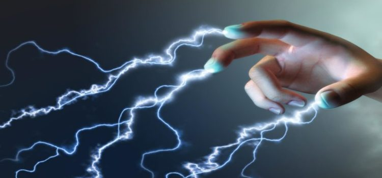 ¿POR QUÉ ALGUNAS PERSONAS PASAN CORRIENTE ELÉCTRICA AL TOCARLAS?