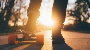 3 Conselhos para adolescentes de 12 anos - Image de jovem com um pé no skate