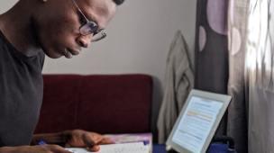 Como deve agir o novo convertido - Jovem lendo a biblia