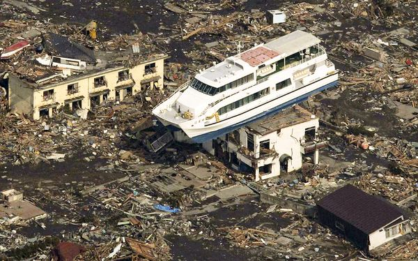 japan-earthquake-tsunami-nuclear-unforgettable-pictures-ship_33287_600x450