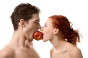 coppia-mangia-mela