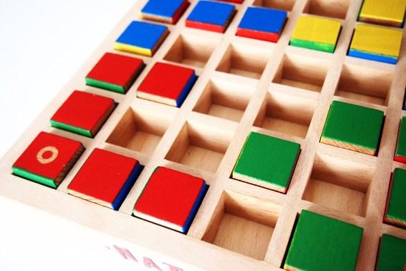 En su turno, cada jugador puede mover un cubo una casilla.
