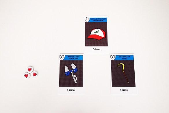 Durante su turno, el jugador puede equiparse con cartas de su mano y jugar maldiciones y objetos.