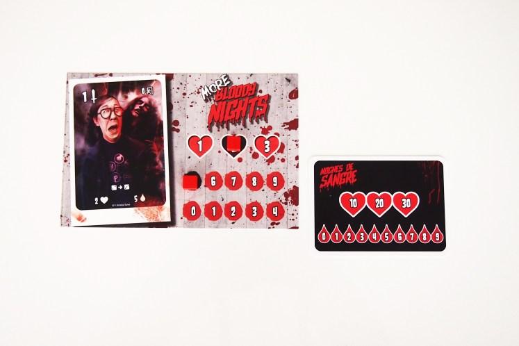 Cada jugador recibe una tarjeta de personaje y una carta de misión.