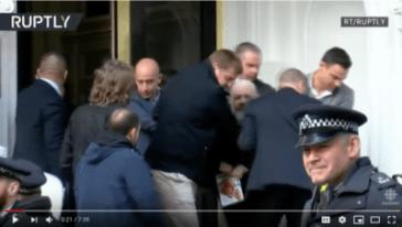 La police expulse Assange de l'ambassade, le 11 avril 2018. (YouTube)