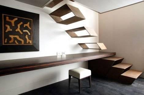 escada de madeira fixada na parede