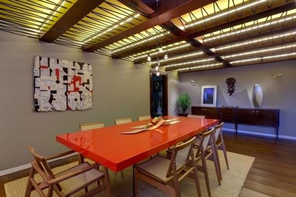 sala de jantar com mesa colorida rustica e moderna