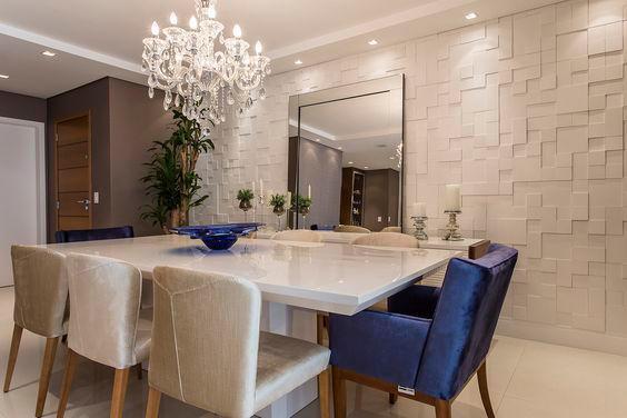 sala de jantar com revestimento 3d e poltronas azuis