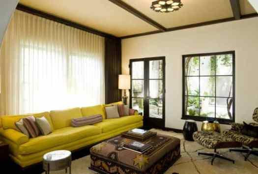 01 sofa amarelo na decoracao com marrom
