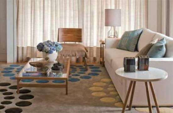 tapete estampado com bolas coloridas na sala