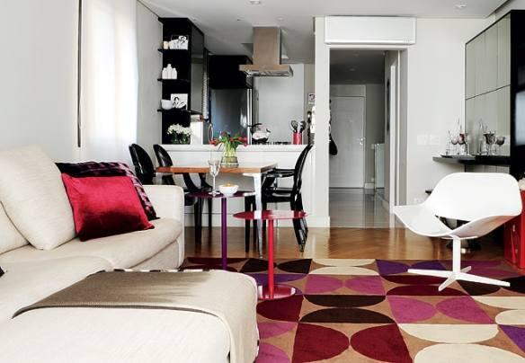 tapete feminino colorido na sala pequena