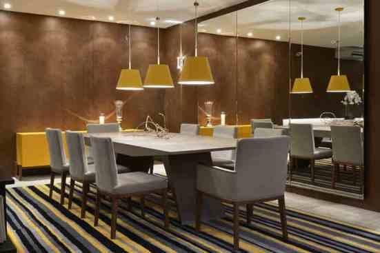 sala de jantar com tapete listrado