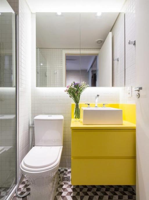 banheiro neutro com movel amarelo