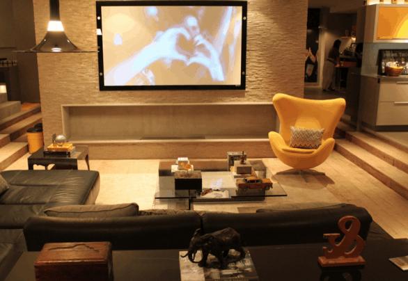 poltrona egg amarela na sala de tv decoracao