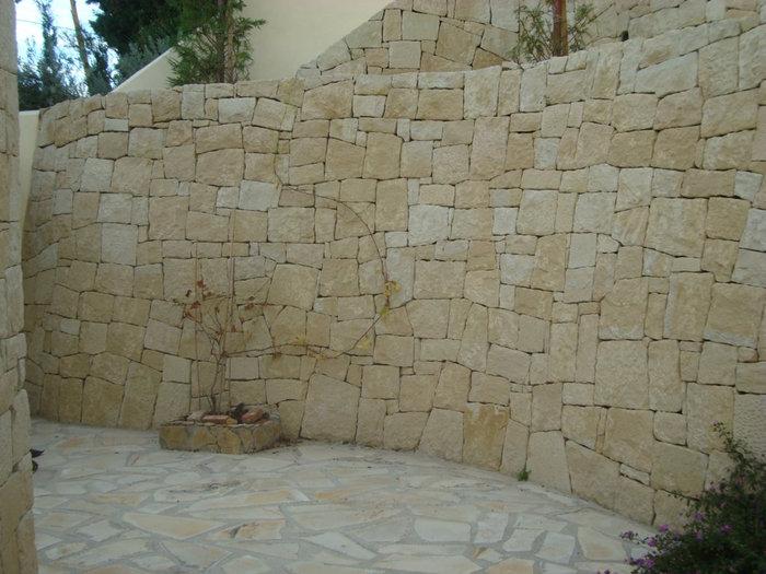 el muro de rocalla es en cierto modo parecido al de piedra en seco pues tambin est formado por piedras