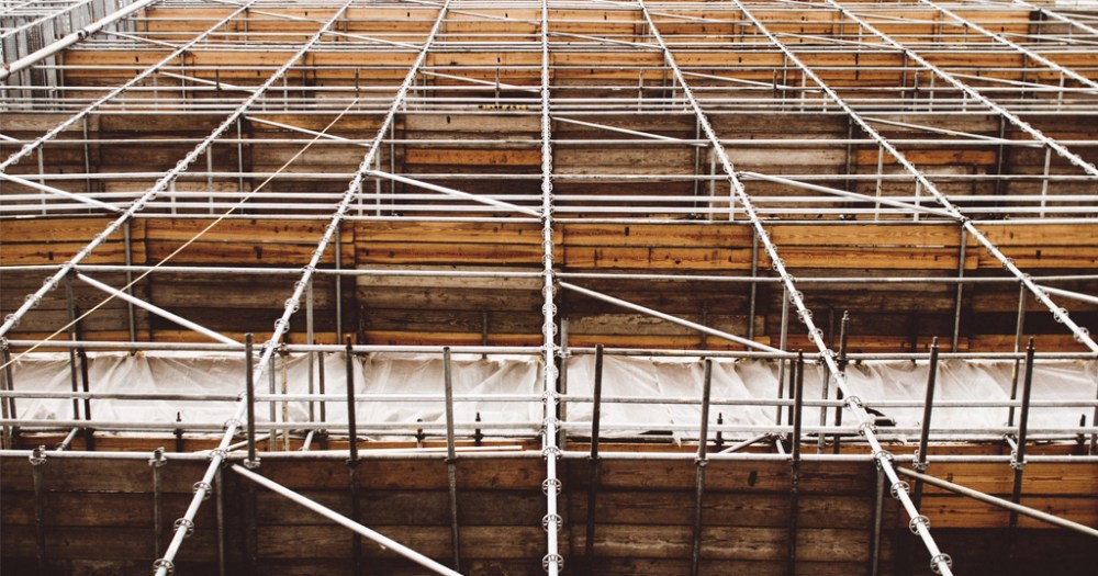 Como lidar com o atraso na entrega de materiais na construção civil?