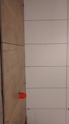 Banheiro social com revestimentos em porcelanatos