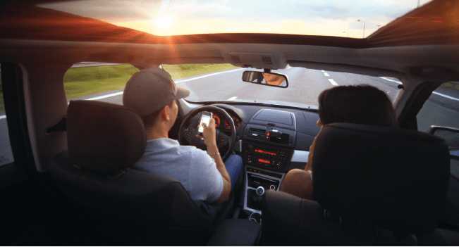 74% dos portugueses utilizam o telemóvel a conduzir