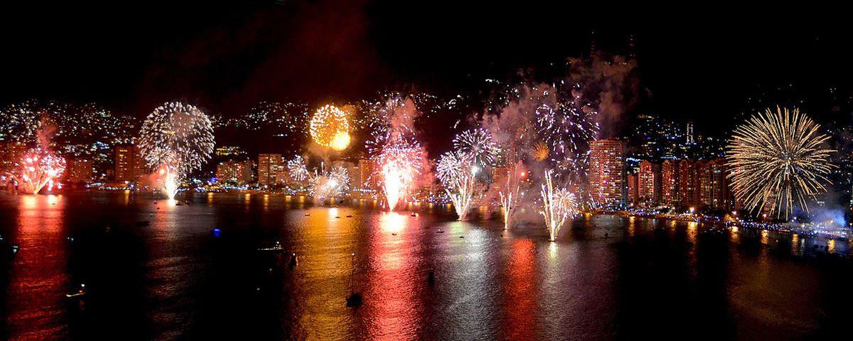 Mexicanos Reciben Ano Nuevo Con Fuegos Artificiales En Playas De