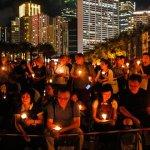 Miles de personas en Hong Kong recuerdan un año más a los caídos en Tiananmen