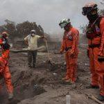 Ejército y bomberos reanudan búsqueda de víctimas de volcán en Guatemala