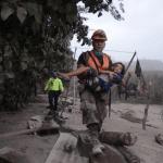 Suben a 65 los fallecidos por erupción de volcán en Guatemala