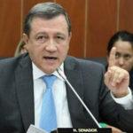 El presidente del Senado colombiano recibe la carta de renuncia de Uribe