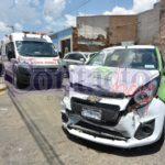 Aparatoso choque en Apartado e Isauro Venzor con una dama lesionada y fuertes daños materiales