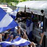 Con lágrimas y puños alzados, los estudiantes en Managua salen de su asedio