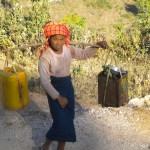 Caminar horas para obtener agua potable, historia de miles de personas