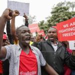 Músico opositor ugandés acusado de traición viaja a EEUU por motivos médicos
