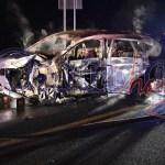 Espeluznante muerte de un hombre al chocar contra muro, cae a un barranco y se quema su auto