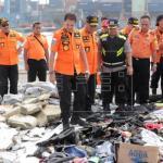Continúa la búsqueda de las cajas negras del avión estrellado en Indonesia